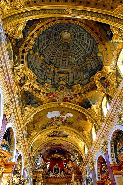 Fresco_with_Trompe_loeuil_-_Andrea_Pozzo_-Jesuit_Church_Vienna.jpg