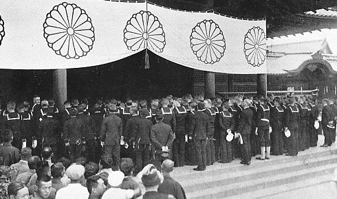 US_Navy_personnel_visit_to_the_Yasukuni_Shrine_in_1930s.jpg