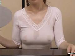 乳首が透けてみえるノーブラのボインおばさん