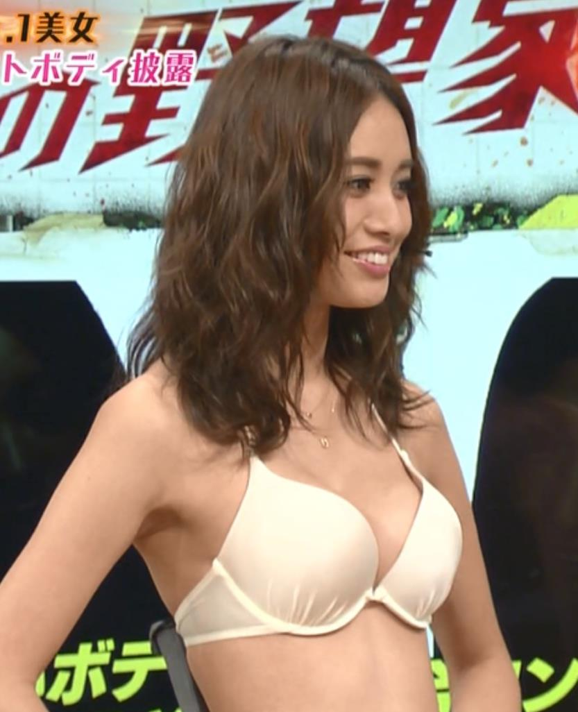 小泉梓 過激水着でブラがちょっと浮いているキャプ画像(エロ・アイコラ画像)