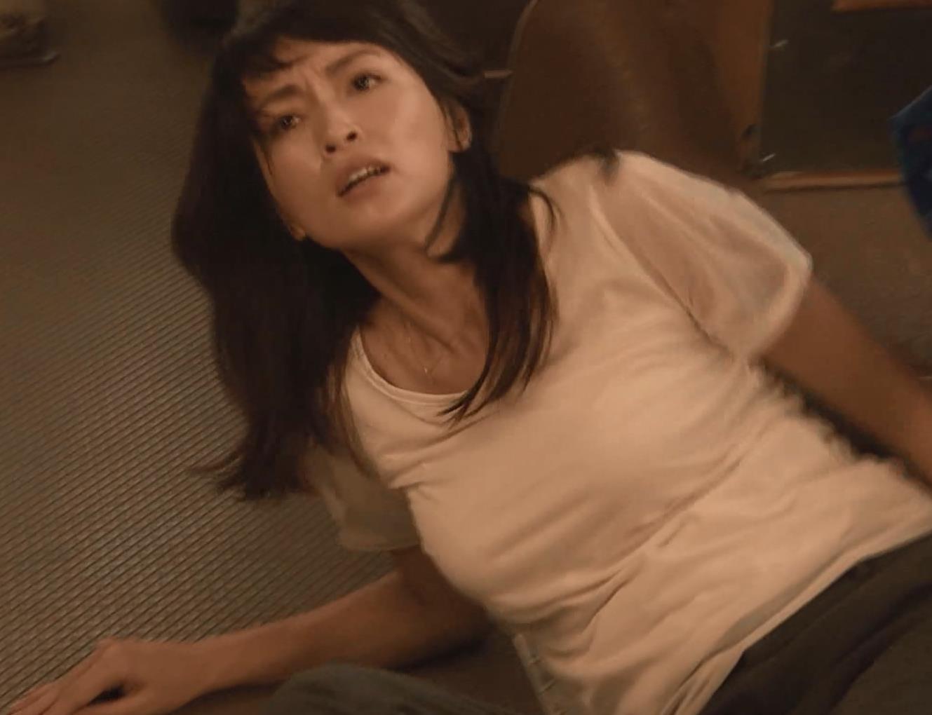 長谷川京子 押し倒されているところキャプ画像(エロ・アイコラ画像)